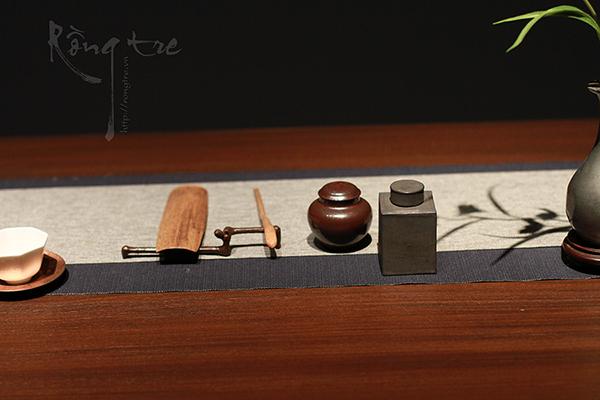 Các trà cụ cơ bản như lọ đựng trà, trưng trà, gạt trà