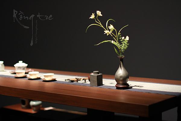 Nếu để ý kỹ có bếp và ấm đun với lọ đựng trà to ở phía dưới bàn trà